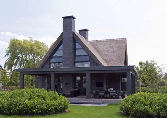 Modern strak. Mooie kleurstellingen. Echter het terras is te groot. Doet af aan het schuurmodel.