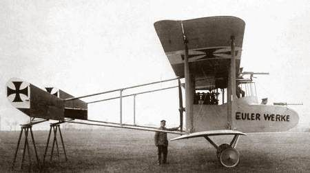 De Duitse luchtmacht tijdens de Eerste Wereldoorlog: Een Euler jachtvliegtuig uit 1915 voorzien van twee boordmitrailleurs
