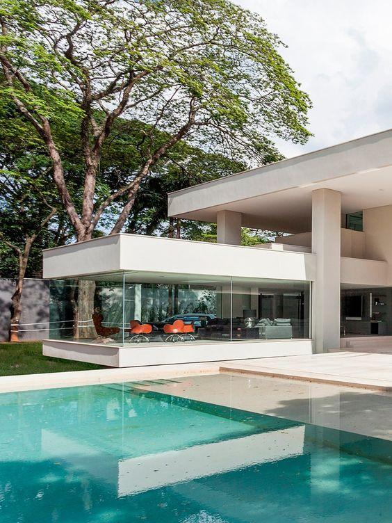 moderne einrichtung weiße wohküche marmor insel maisonette treppen beleuchtung