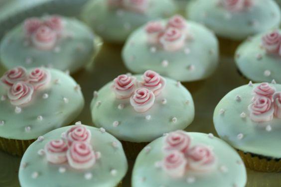Cupcake's sweet dotty rose cupcakes