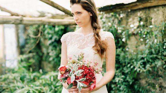 Vestido con cuerpo de Chantilly y falda en tul de seda natural de, L'Arca.