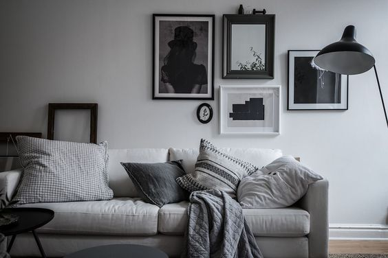 living room in perfectly styled monochrome home, via http://www.scandinavianlovesong.com/