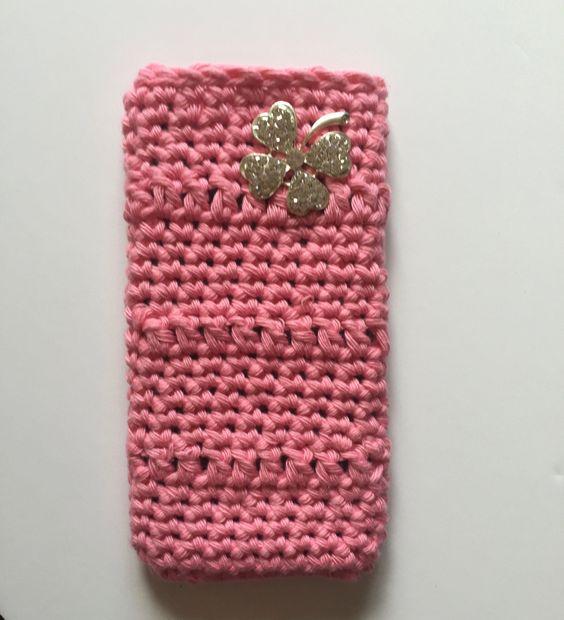 handmade. funda de hilo de algodón a crochet rosa con precioso trébol brillante. ideal regalito de myladiesandme en Etsy
