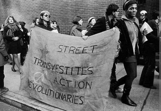 Sylvia Rivera y Marsha P. Johnson con una pancarta de STAR (Nueva York, 20 de diciembre de 1970)