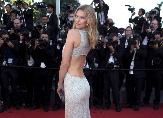 """CANNES. La modelo alemana Toni Garrn posa en la alfombra roja cuando  llega para la proyección de la película de animación """"El Principito"""" (Le Petit Prince) fuera de concurso en el 68º Festival de Cine de Cannes en Cannes, sur de Francia"""