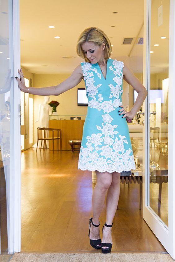Super elegante o vestido estruturado com aplicações de renda!