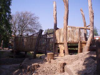 Natuurspeeltuinen zijn speeltuinen aangelegd met 'producten' uit de natuur. Denk aan boomstammen, meertjes, heuvels en ondergrondse tunnels. Je kind op deze manier kennis laten maken met de natuur, is echt heel leuk! Ik heb de 10 leukste natuurspeeltuinen van Nederland op een rijtje gezet voor je.