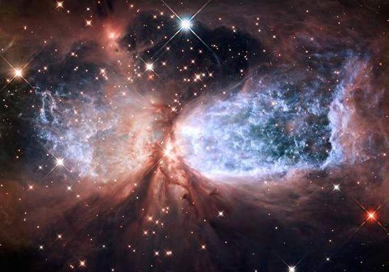 La nébuleuse de l'Ange Céleste La nébuleuse de l'Ange Céleste (connue sous le nom technique de Sharpless 2-106) fait partie de la Voie Lactée. Elle se situe à 2 000 années-lumière de la Terre, et prend la forme de deux ensembles de gaz séparés par une étoile à l'activité très intense.