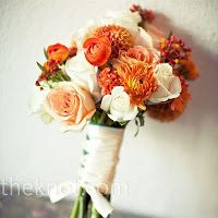 Oranje wit bruidsboeket met mooi afgewerkt handvat.