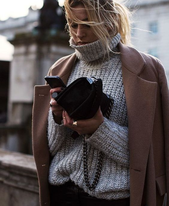 Pull en grosse maille gris à col montant + manteau camel : http://www.taaora.fr/blog/post/look-pull-gris-grosse-maille-col-roule-manteau-camel #look #hiver