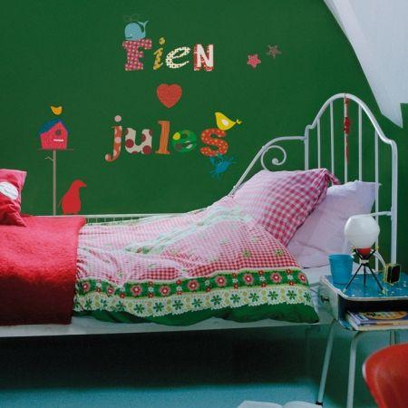 Kleurrijk beddengoed, donkere muren en Kidslab muursticker alfabet