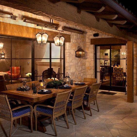 Um feriado prolongado é ideal para receber os amigos e colocar o papo em dia. Inspiração para uma área gourmet na casa da montanha. A parede de pedra, o mobiliário de madeira e fibra natural e a iluminação dão aconchego ao ambiente.