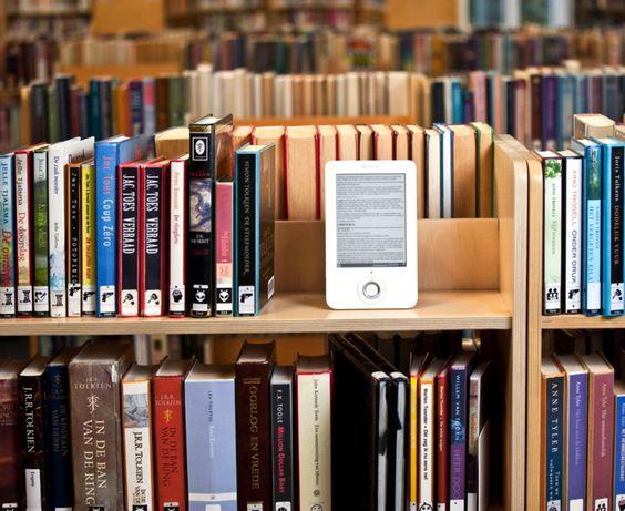 """Gli appassionati della lettura di tutto il mondo sapranno cosa intendo. Ebook o Libro """"vecchia maniera""""? Questo dilemma colpisce molti.."""