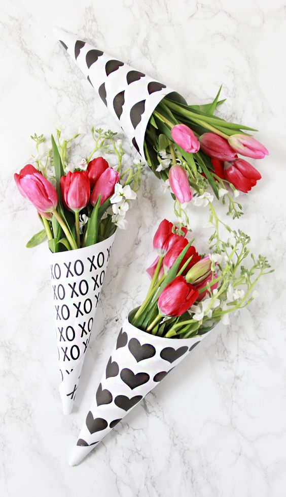DIY Valentine Free Printable Flower Bouquet Wrappers via A Bubbly Life - what a pretty gift idea!