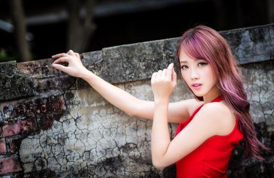 赤いドレス姿の女性