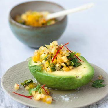 Avocado mit karibischer Ananas-Ingwer-Salsa