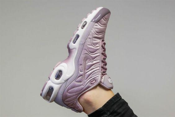 """Les Nike Air Max Plus ou Nike requins, Nike Tuned 1 """"TN"""" se parent d'un satin rose clair ou vert menthe dans une édition 100% féminine."""