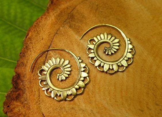 Oreilles spirales pétale de fleur, or tribal en laiton, poids d