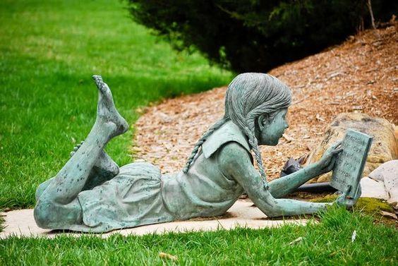 Букеанариум - скульптуры: читающие девушки