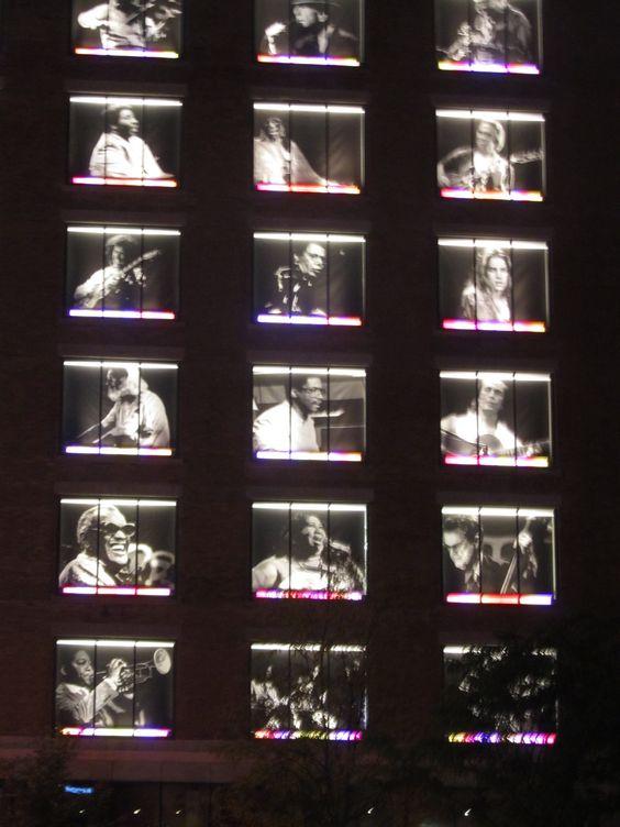 Por las noches en Montreal, un edificio homenajea a grandes músicos