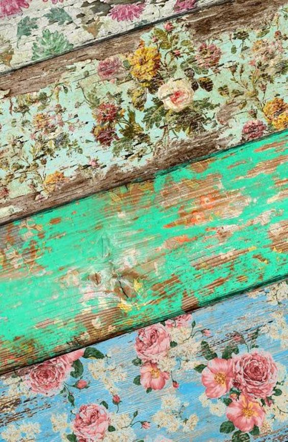 Beplak houten planken met behang en schuur daarna zachtjes af met schuurpapier. Aflakken kan ook nog.