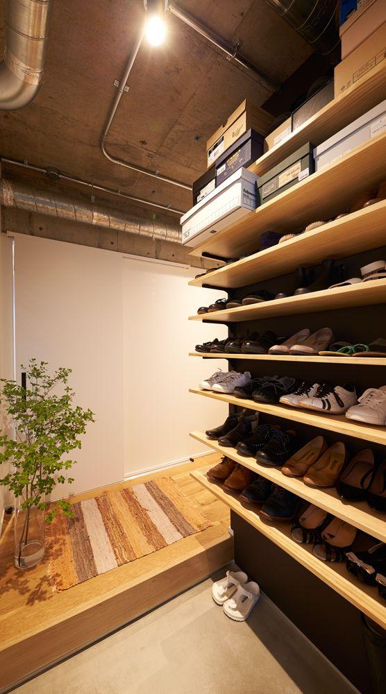 三和土は打ち放しの上にモルタル金ゴテ仕上げに 靴の収納棚もリビング