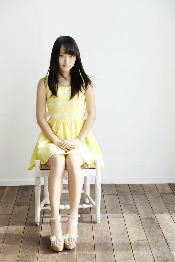 椅子に座る菅井友香