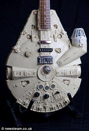 Това Millenium Falcon китара е изграден с помощта на 140-парче комплект от емблематичните Star Wars космически кораб, командван от Хан Соло .: