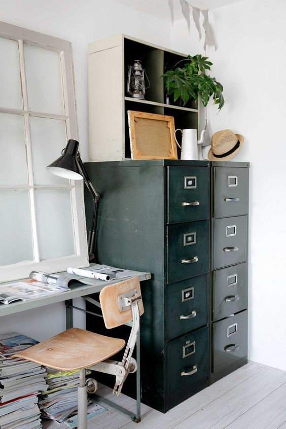 intérieur contemporain, déco : meuble à tiroirs, mobilier industriel, métal, bureau