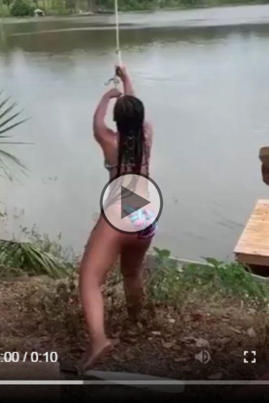 Essa queda deve ter machucado muito, ela caiu em cima da canoa.