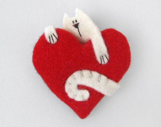 gato en un corazón - cat red felt heart brooch pin jewelry valentines idea: