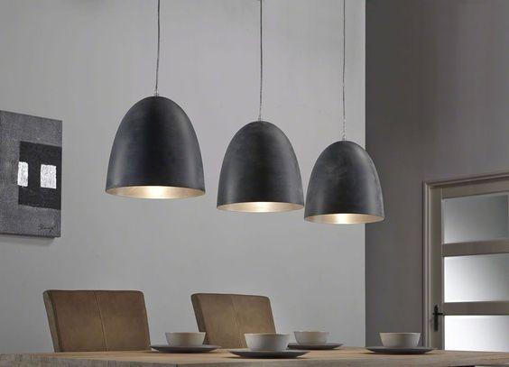 Deze bijzondere hanglamp komt mooi tot zijn recht boven een grote ...