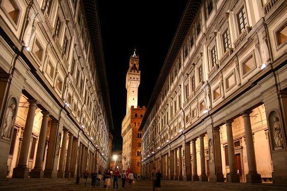 Uffizi Gallery, Florence/ A Galeria Uffizi foi inaugurada em 1580, em Florença, na Itália, e é um dos museus de pintura e escultura mais famosos e antigos do mundo. Sua coleção compreende obras-primas aclamadas, incluindo trabalhos de Giotto, Piero della Francesca, Fra Angelico, Botticelli, Leonardo da Vinci, Raphael, Michelangelo e Caravaggio.