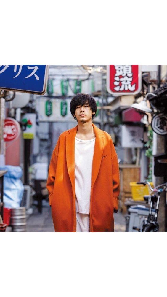 下町の雰囲気をおしゃれに見せている成田凌のかっこいい高画質画像