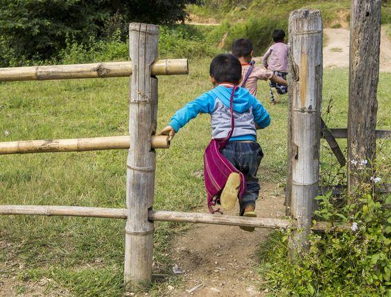 Schule aus! Mogoke - Kyaukme Road , Kyauk me, Myanmar
