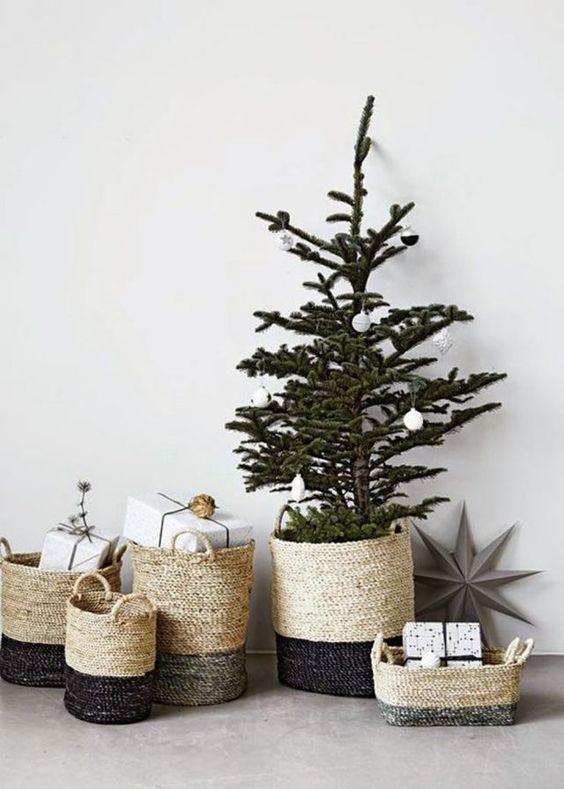 Un petit sapin de Noël dans un panier en osier, christmas decoration, decoration de