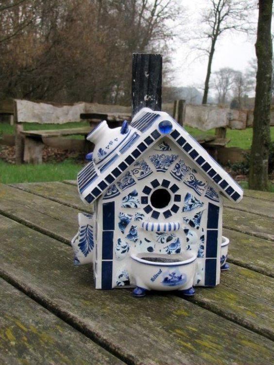 Een van de mooiste voorbeelde van mozaiek gebruik, een delftsblauw vogelhuisje