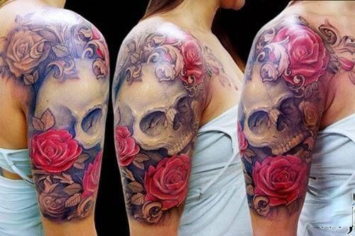 Caveira com rosas tatuada no braço