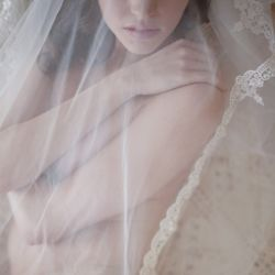 Discover how to find the perfect wedding dress for your body shape - expert tips by a top bridal consultant. (photo: Mi Amore Foto)