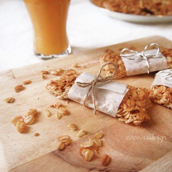 "THINGS ⊷ handmade ⊶ FOOD su Instagram: ""L'estate si avvicina...meglio concedersi una colazione più sana ogni tanto  [ homemade cereal bars ] + { orange smoothie} #breakfast #healthy #bars #snack #granola #avena #honey #orange #barrette #homemade #cereali #colazione #sabato #weekend #ONTHETABLE"""