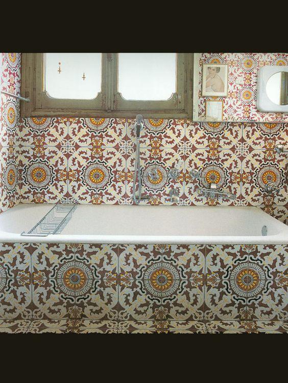 Banheiro com azulejos trabalhados