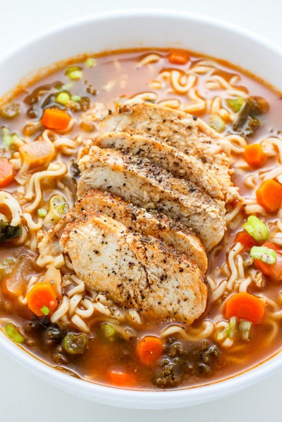 Abundante y saludable, este Blackened Chicken Ramen sopa de fideos se carga con zanahorias, col rizada, y un montón de sabor! Hacer esto la próxima vez se le antoja acogedora comodidad de alimentos - que hace el truco cada vez.