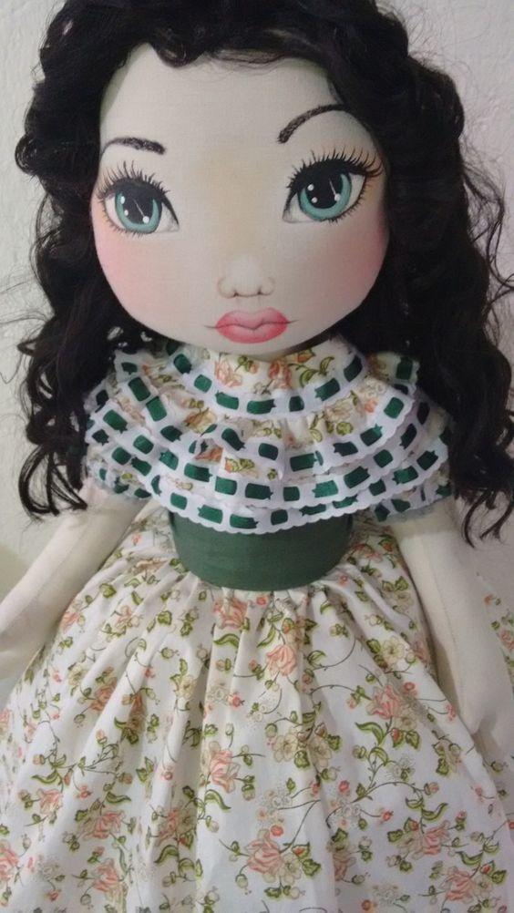 Boneca, minha versão de Scarlett O'hara <br>Mede 60 cm de altura, pesa 800 GR...é articulável, fica em pé sem suporte e pode sentar tbm. <br>Seu corpo é feito em algodão cru e revestido com manta acrílica, seu rosto é pintado a mão, cabelo dela é sintético de cor castanho escuro, o vestido é feito em tricoline floral verde calçinha em tricoline floral, um par de sapato feito em tecido.