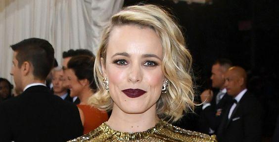 Rachel McAdams também deu destaque para os lábios e deixou o resto do make discreto: