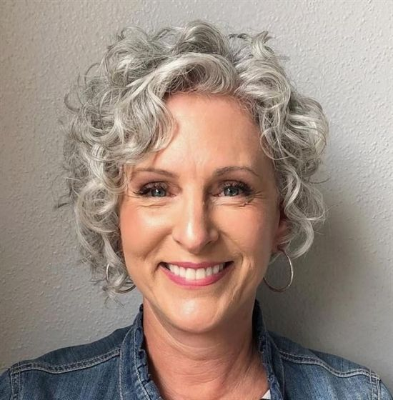 Short Curly Gray Hairstyle For Older Women Shortcurlyhairstyles Short Curly Haircuts Grey Curly Hair Medium Hair Styles