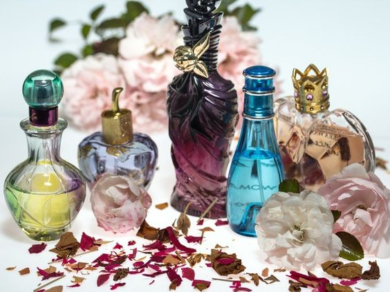 If you want to buy perfume or give perfume as a gift, a healthier choice is a #natural #perfume with ingredients that are plant-derived.