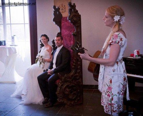 Wishes Event Trouwbeurs: de bruid heeft een prachtig wolvilten bruidsbloemen boeket in haar hand van be-flowerd