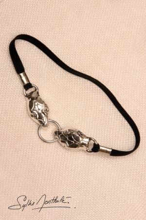 Bracelet de sexe à tête de serpent en plaqué argent : un cockring bijou qui enserre vos bourses pour des éjaculations plus puissantes.