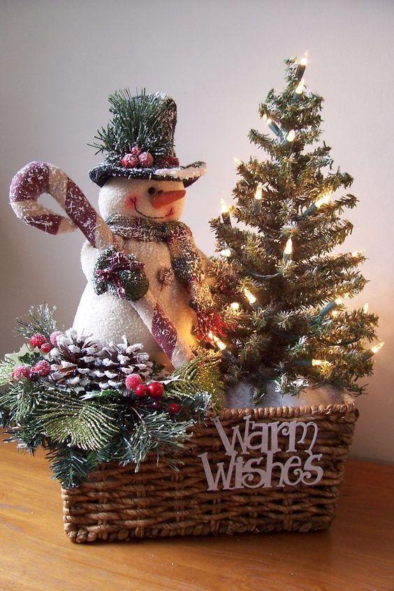 Arreglo Navideno Con Cestas Y Munecos De Nieve Dale Detalles Cestas De Navidad Decoracion Navidena Decoracion Navidad Manualidades