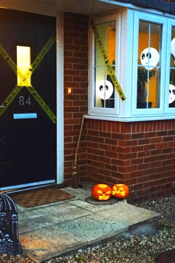 Quick And Easy Halloween Window Decorating Ideas You Can T Miss In 2020 Halloween Window Decorations Halloween Window Halloween Decorations Indoor